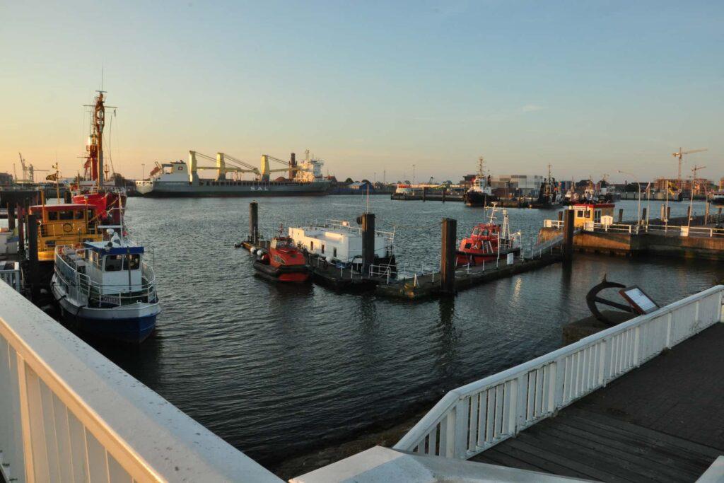 Der Hafen von Cuxhaven mit Schiffen